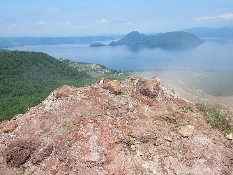 昭和新山の山頂と眼下に広がる洞爺カルデラ